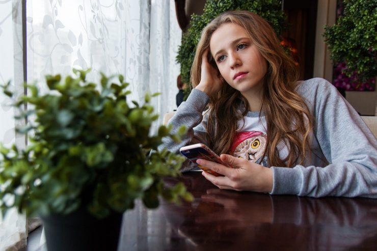 Dekle z mobilnikom. Vir: Pixabay