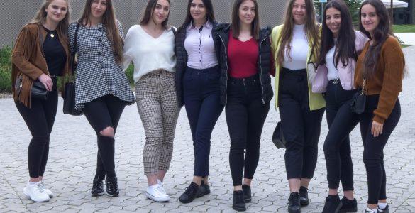 Dijakinje, priseljene s Kosova, se v Šolskem centru Velenje šolajo za trgovke. Foto: Anže Sobočan