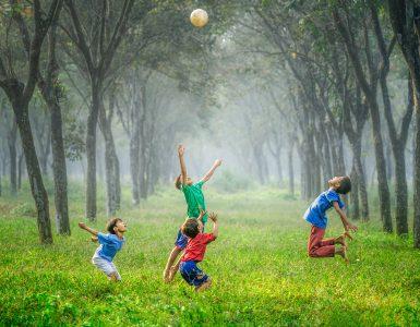 Otroci z žogo. Vir: Unsplash