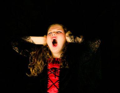 Nemirna učenka je lahko izjemno bistra ali pa ima učne težave. Vir: Unsplash