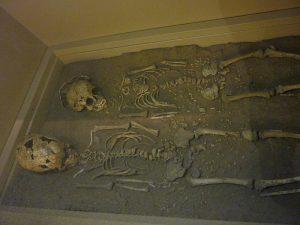 Iz najdenih okostij lahko arheologi izvejo veliko o življenju ljudi v preteklosti. Vir: Wikipedia
