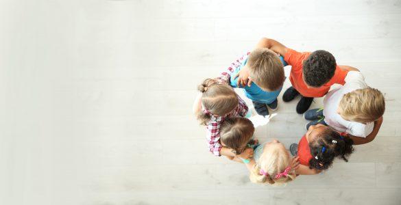 Otroci potrebujejo izzive, ki jih lahko izkusijo samo v šoli v družbi vrstnikov. Vir: Adobe Stock