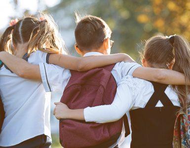 Skupaj na poti v šolo. Vir: Adobe Stock
