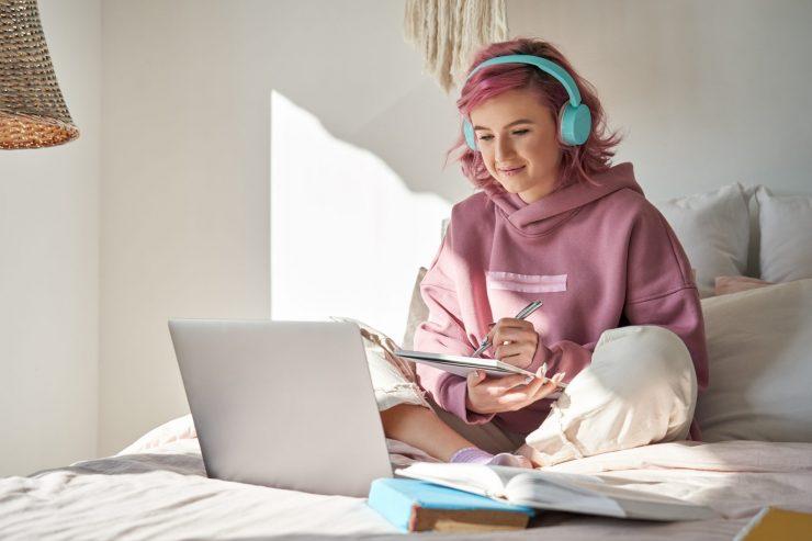 Mladi se vse pogosteje družijo prek Zooma ali na prek drugih aplikacij, ki omogočajo prijateljevanje na daljavo. Vir: Adobe Stock