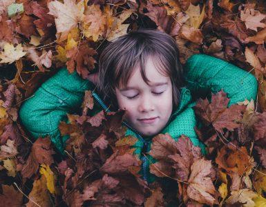Jesenski užitki otrok. Vir: Unsplash