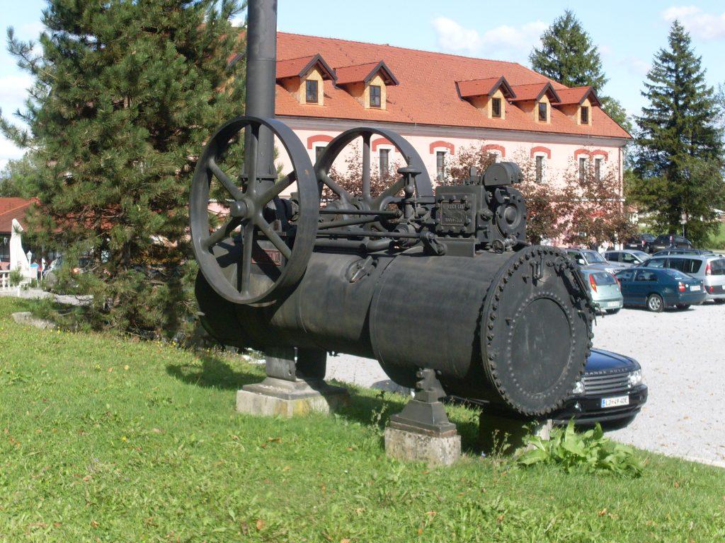 Parni stroj razstavljen pred Tehniškim muzejem Slovenije v Bistri pri Vrhniki. Vir: Wikipedia