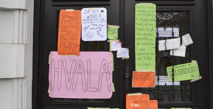 Srčni dijaki GImnazije Kranj so s sporočili na vratih presenetili svoje profesorje. Vir: Arhiv Gimnazije Kranj