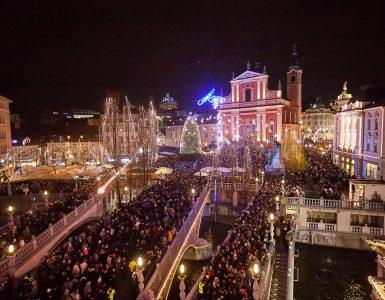 Praznična Ljubljana leta 2019. Letos bo na ulicah precej manj obiskovalcev. Foto: Nina Kurnik/STO