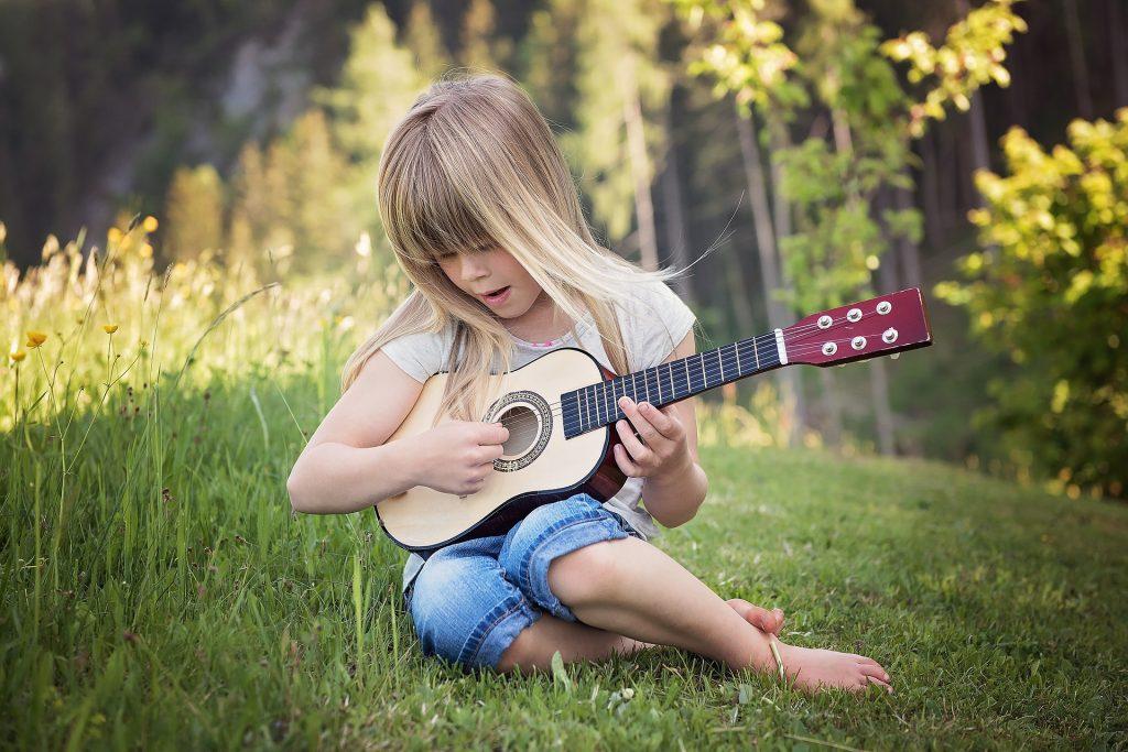 Igranje na inštrument ni delo, ampak igra, Barbari sporočajo otroci. Vir: Pixabay