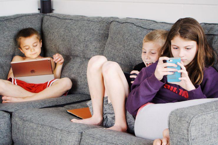 Otroci in najstniki veliko časa preživijo na spletu. Vir: Pexels
