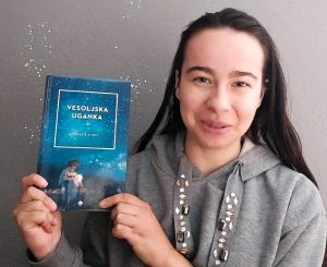 Nina Jelovšek priporoča knjigo Maje Lavrič Vesoljska uganka. Vir: posnetek zaslona