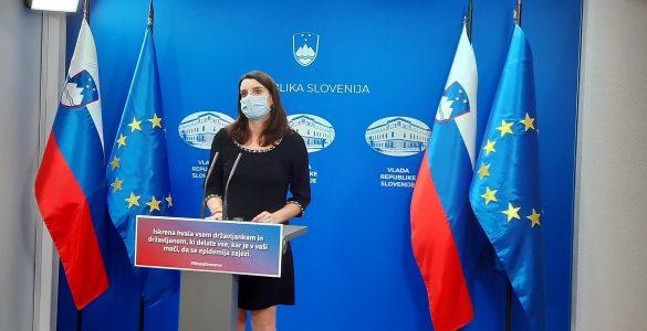 Ministrica za izobraževanje, znanost in šport dr. Simona Kustec na današnji vladni tiskovni konferenci. Vir: MIZŠ