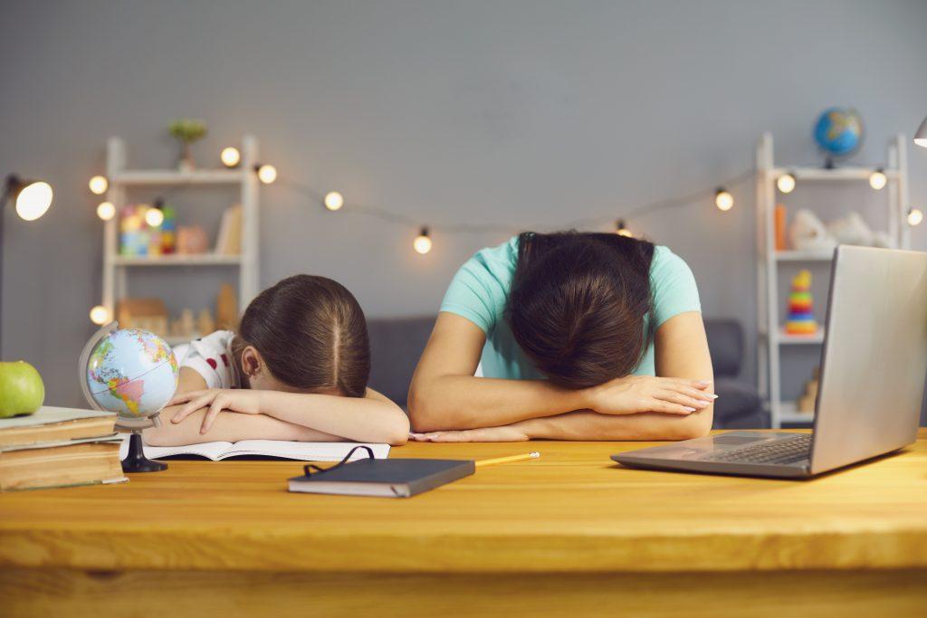 Med šolanjem na daljavo so v stiski tako starši kot otroci. Vir: Adobe Stock