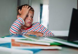 Otroke in njihove starše dolgotrajno šolanje na daljavo spravlja v vse večje stiske. Vir: Adobe Stock
