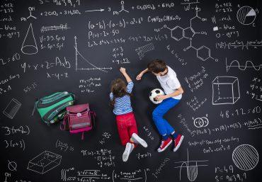 Matematiko se lahko učimo tudi skozi igro. Vir: Adobe Stock