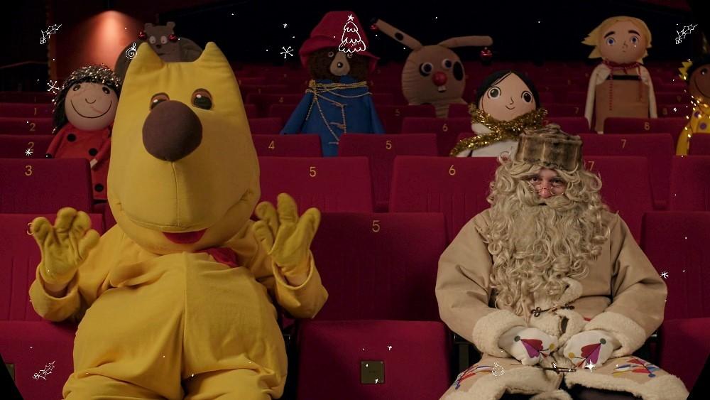 Kuža Pazi in dedek Mraz sta otroke nagovorila prek videa. Vir: Kinodvor