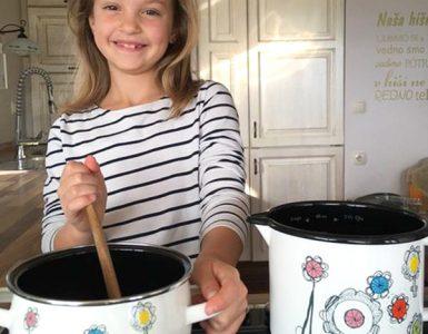 Rožice, ki jih je Neža Grohar narisala za mami, zdaj krasijo imenitno kuhinjsko posodo. Vir: osebni arhiv