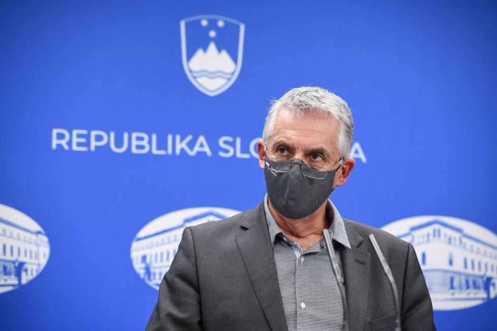 Zdravstveni Tomaž Gantar na tiskovni konferenci.