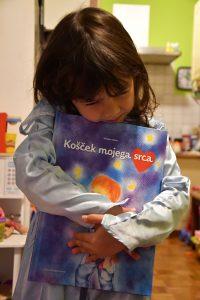 Deklica Lara s knjigo Košček mojega srca. Vir: Osebni arhiv