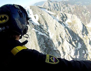 Policist v helikopterju. Foto: Robert Kralj/Letalska policijska enota