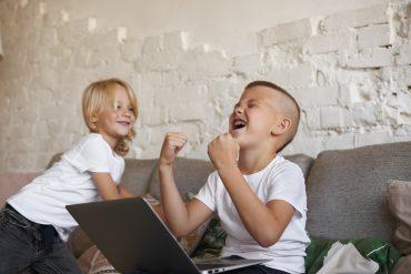 Z otroki se veliko pogovarjajte in jim povejte, da naj neznancem ne izdajajo osebnih podatkov, svetuje Tršica Nina. Vir: Freepik