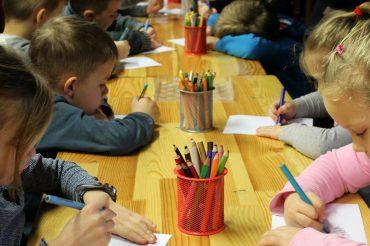 V CDC sicer niso zaznali bistvene razlike pri incidenci med tistimi, ki so hodili v šolo, in tistimi, ki so se šolali na daljavo. Vir: Pixabay
