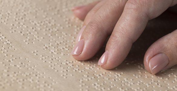 V Braillovi pisavi je le nekaj knjig, in še te so bodisi v arabščini bodisi v angleščini, je opazila Rezhin. Vir: Freepik