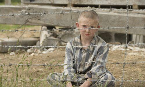 O holokavstu pripovedujeta tudi knjiga in istoimenski film Deček v črtasti pižami. Vir: Arhiv Koloseja