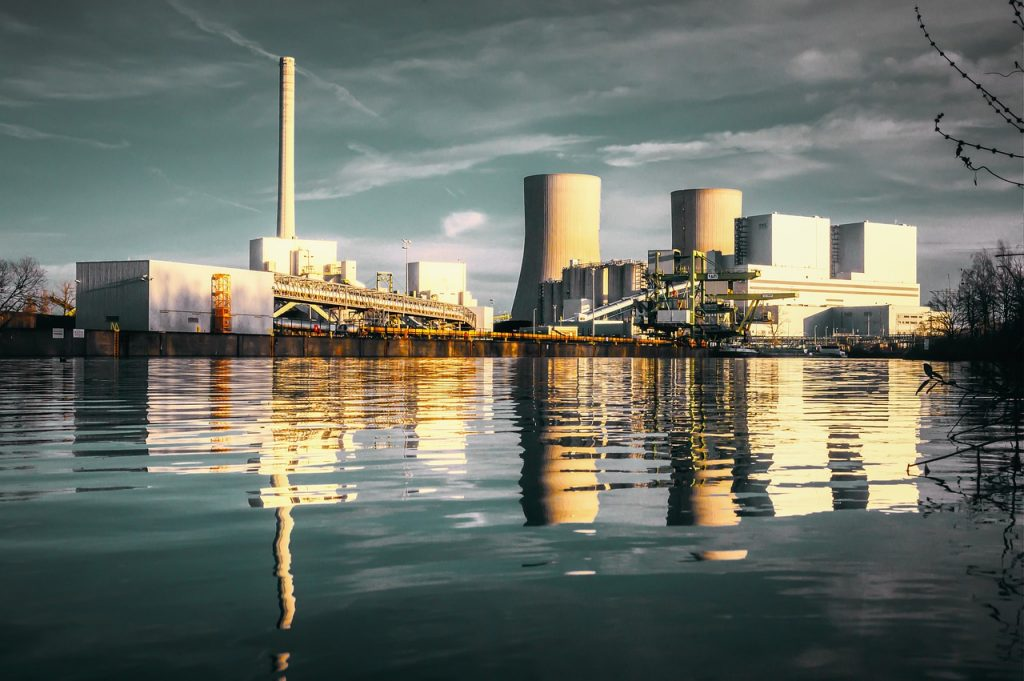 Za elektriko porabljamo našo vodo, zemljo in vire ogljika. Vir: Pixabay