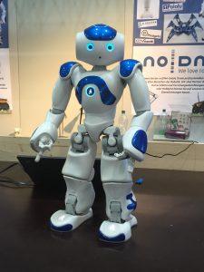 Roboti opazujejo dogajanje okoli sebe. Vir: Wikipedia