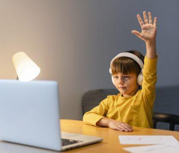Vse večja uporaba interneta povečuje naš ogljični odtis in slabo vpliva na okolje. Vir: Freepik