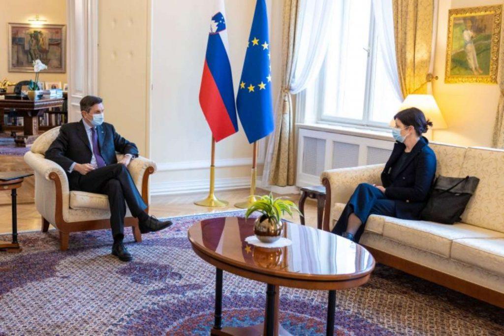 Predsednik republike Borut Pahor in predstojnica službe za otroško psihiatrijo na ljubljanski pediatricni kliniki dr. Marija Anderluh sta se pogovarjala o stiskah otrok in mladostnikov zaradi epidemije covida-19. Vir: Arhiv UPRS