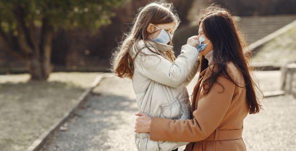 Spremembe, ki jih je povzročila epidemija, so močno omejile in spremenile druženje z vrstniki, aktivnosti in šolanje ter povečale čas, ki ga mladi preživljajo s starši. Vir: Freepik