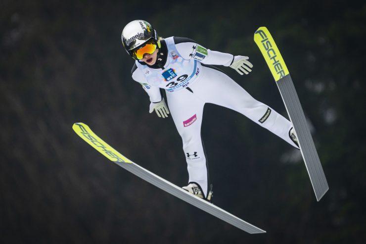 Nika Križnar med skokom na zadnji dan svetovnega pokala v smučarskih skokih na Ljubnem ob Savinji. Foto: Smučarska zveza Slovenije