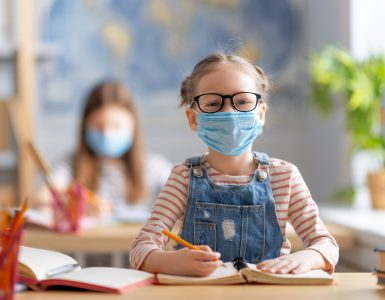 Ker morajo otroci v šoli nositi maske, so se starši obrnili celo na ustavno sodišče. Vir: Adobe Stock