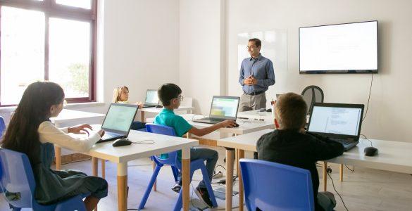 Učence je treba opremiti z računalniškimi znanji, pravi devetošolec Tim. Vir: Freepik