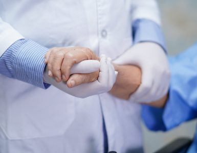Pomembno je, da se z dvomljivci v cepljenje konstruktivno pogovarjamo. Vir: Freepik
