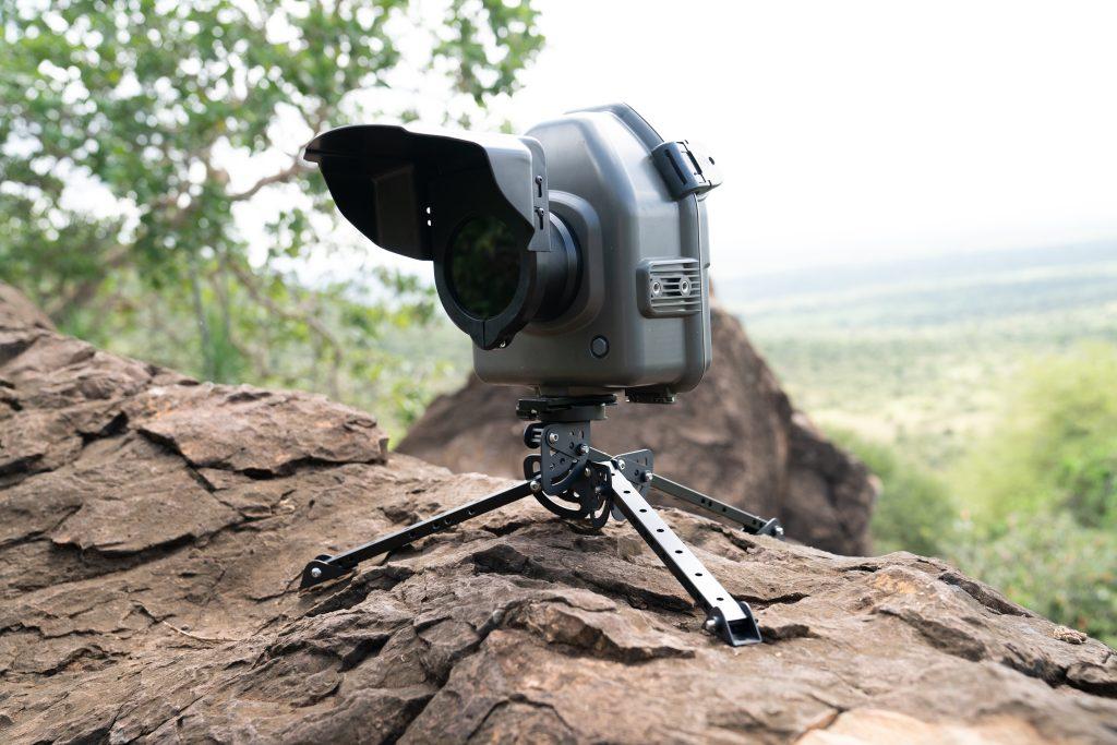 Ena izmed kamer, s katerimi so fotografirali črnega leoparda. Vir: Burrard-Lucasov osebni arhiv