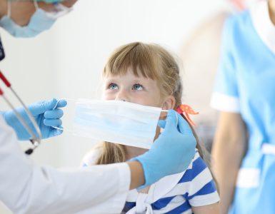 Če imamo ogromno virusov v mililitru svojega nosnega izločka, je to nekako v redu, dokler ne kihamo, smrkamo, nismo v skupini in virusa ne prenašamo na njo. Tudi, če je prenašalec asimptomatski in nosi masko, kot je priporočeno, bo malo verjetno koga okužil. Če pa je v nekem zaprtem prostoru, kjer je slab zrak, in še kakšni dodatni dražilci, bo morda začel kihati in kašljati in se bo to hitro spremenilo. Vir: Freepik