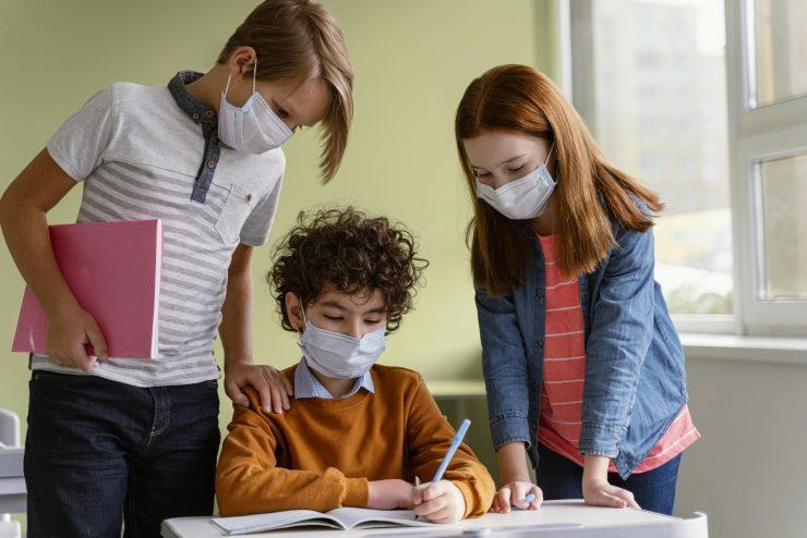 Delež aktivnih okužb v vrtcih, osnovnih in srednjih šolah je 0,16 odstotka, v karanteni pa je le en odstotek otrok v državi. Vir: Freepik