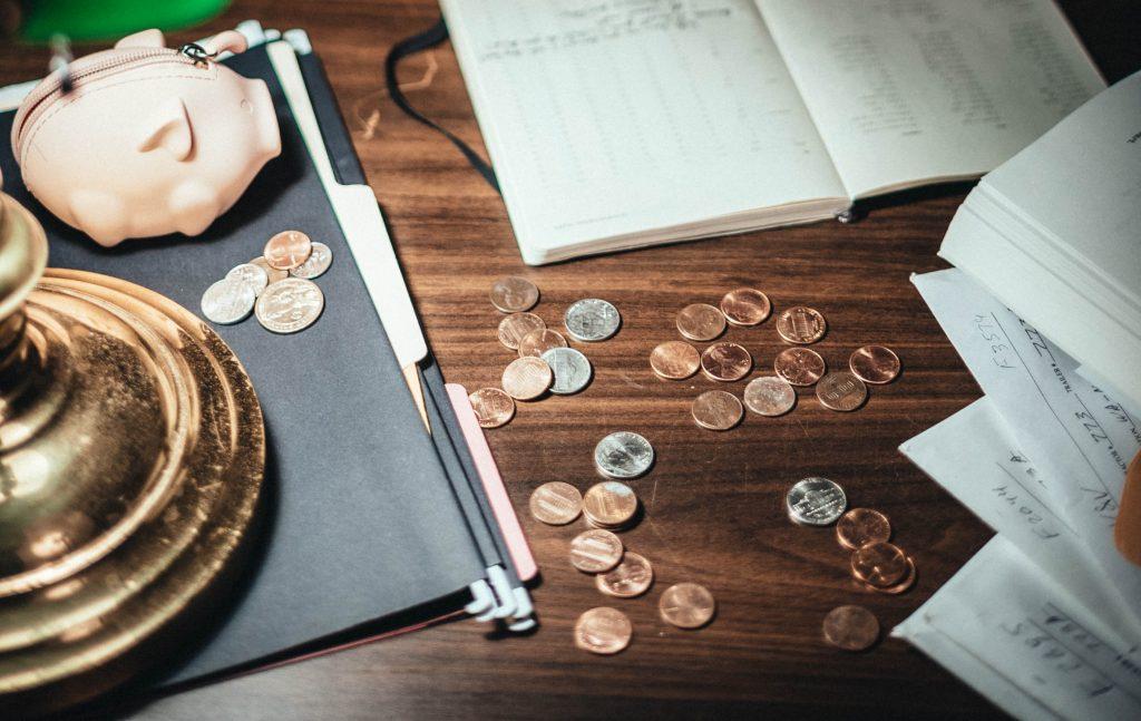 Finančna pismenost je opredeljena kot kombinacija ozaveščenosti, znanja, veščin in vedênja, ki je potrebna za ustrezno finančno odločanje. Vir: Pexels