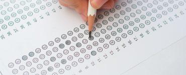 Prav tako kot na šolske ocene tudi na dosežke učencev pri NPZ vplivajo različni dejavniki: predznanje učencev, njihove učne zmožnosti, motiviranost za učenje, delovne navade, učne strategije, spodbuda staršev in drugih, socialno-ekonomski status družine ipd. Vir: Freepik