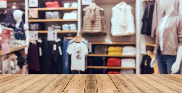Cenena oblačila se prej sperejo, raztegnejo ter hitro izgledajo stara in ponošena. Vir: Freepik