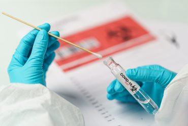 Če bo otrok ali dijak pozitiven na novi koronavirus, ga bodo napotili še na testiranje z zanesljivejšim PCR testom. Vir: Freepik