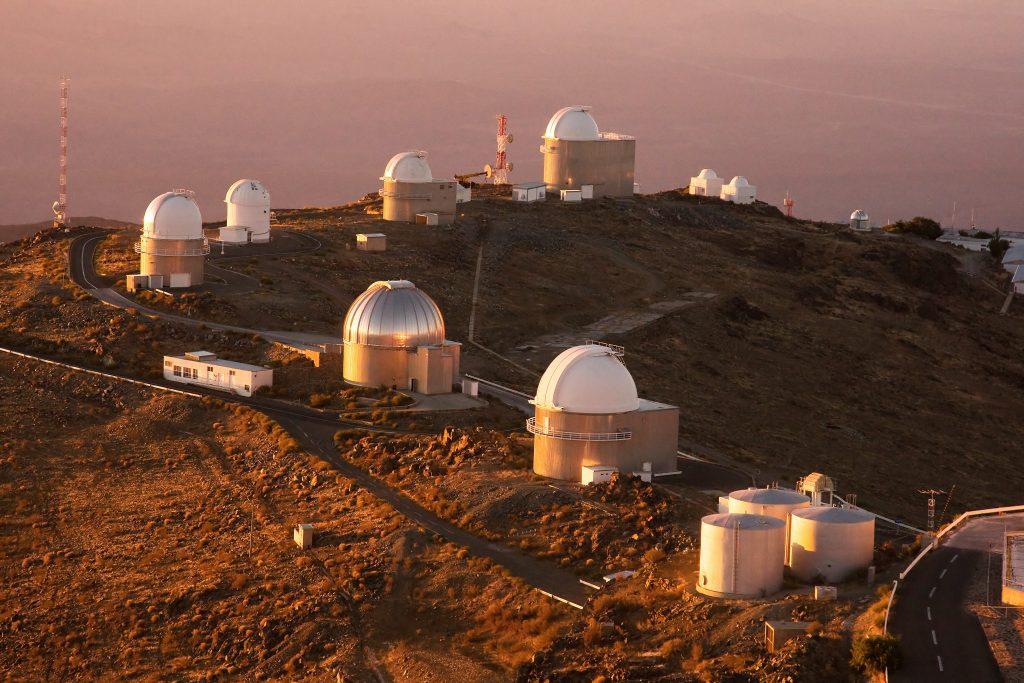 Observatoriji s teleskopi se pogosto nahajajo v gorah. Vir: Wikimedia Commons