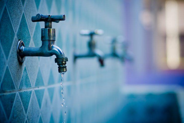 Čisti vodi lahko stopite v bran s podpisom akciji Vode ne damo. Vir: Freepik