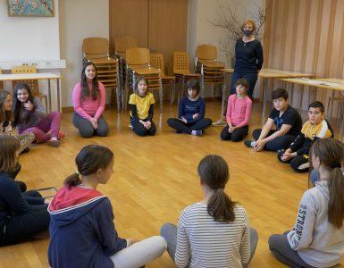 Da prebijejo led, se učenke in učenci predstavijo drug drugemu. Foto: Anže Sobočan