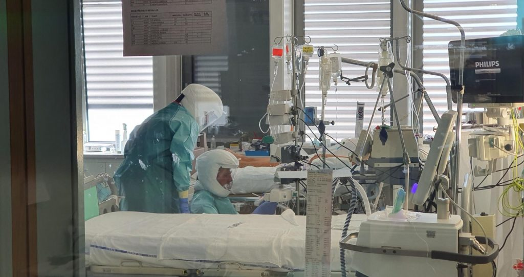 Prizor z Oddelka za anesteziologijo, intenzivno terapijo in terapijo bolecin UKC Maribor, kjer zdravijo bolnike s covidom-19. Foto: UKC Maribor