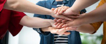 Predane prostovoljke in prostovoljci so Gimnaziji Celje - Center letos spet prinesli naziv Junaki našega časa, ki ga vsako leto podeljuje Slovenska filantropija. Vir: Adobe Stock