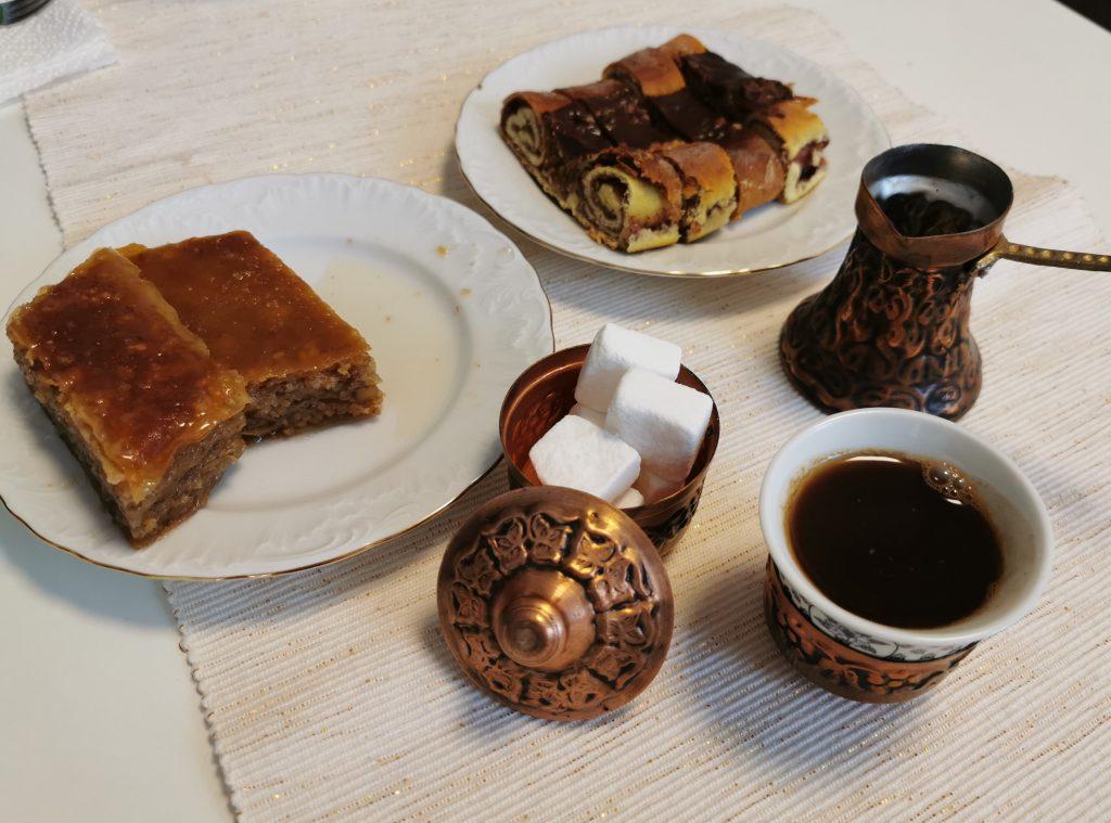 Sladki bajram: baklava, dedovi brki in kava. Foto: osebni arhiv M. K